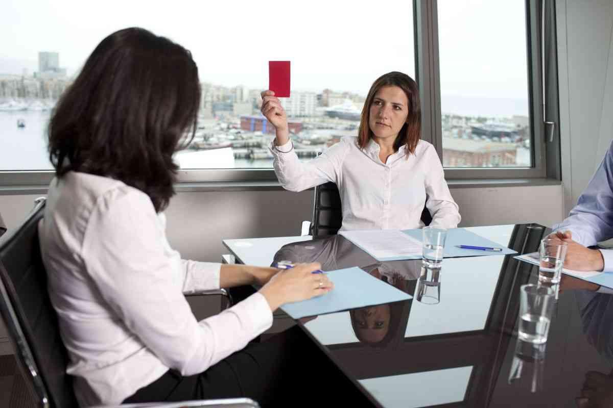 מעסיקה מרימה כרטיס אדום בראיון
